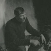 Photograph of Paitsín Faherty telling a story on Inishmore.